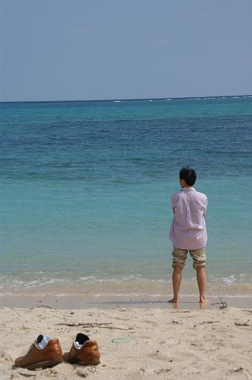以前、このTITLEに長い文章書いたら、読んでる途中で消えちゃう、っていうクレーム受けました。 消さずにすむ方法はシリマセン。頑張って何回かに分けて読んでください(笑)  この海岸は本島南部にある、「あさまさんさんビーチ」です。 実は沖縄本島にはこういう砂浜の海岸ってあまりなくて、このビーチも人工海岸なんだそうです。  なお、後姿のヤツは先日の古宇利島の記事でも出てきた友人です。 初めてこんな青い海を見て興奮して2月の寒い海に向かって走っていきました(笑)    しかしいっつもこういう写真撮ると水平線が傾くのはなせ?一応、撮影するときは水平になるよう撮ってるつもりなんですけどねー   何かいい解決方法知ってる方は教えてください。オネガイシマスm(_ _)m