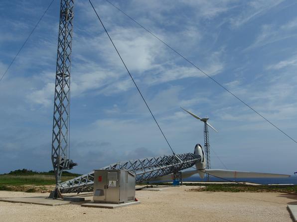与那国にも風力発電があるんですけど、3年ほど前の台風で倒れちゃったんですよ。設計上は風速80mまで耐えられるはずだったんですけどね。その後与那国の方は100mの風まで耐えられるものに建て替えられました。