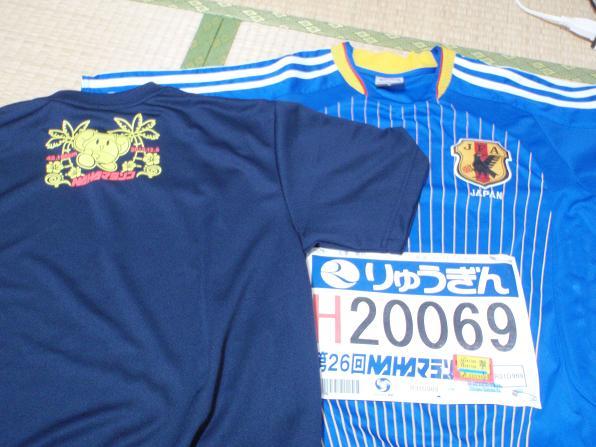 向かって左が、マラソン出場者がもらえるTシャツ、右が今回自分が着たものです。