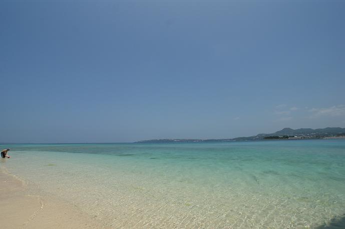 こちら、沖縄本島の本部近くにある、瀬底島のビーチです