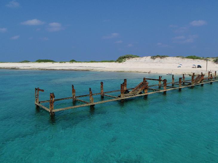 コチラ、那覇より船で30分くらいのところにある、無人のナガンヌ島です。錆びた骨組みは昔の桟橋の跡なんでしょう